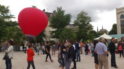 Démonstration d'une mini montgolfière radio-commandée