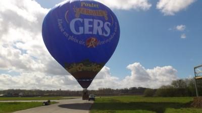 La montgolfière Poulet du Gers sur le circuit de Nogaro