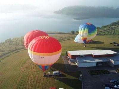 Envol dans la brume de 5 montgolfières pour 25 passagers